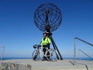 LA photo obligatoire au Cap Nord, au pieds du globe.
